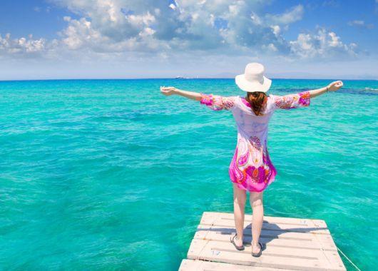 Ibiza im Oktober: 1 Woche im 3* Hotel inkl. Flug, Transfer, Rail&Fly und Halbpension ab 368€
