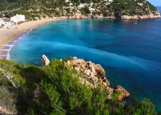 1 Woche Ibiza im Oktober: 3* Hotel inkl. Halbpension, Flug ab Stuttgart, Zugticket & Transfer ab 299€
