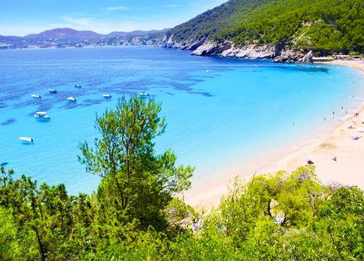 Ibiza im Oktober: 7 Tage inkl. Flügen, Transfers, Rail&Fly und All Inclusive im 3*Hotel ab 385 Euro pro Person