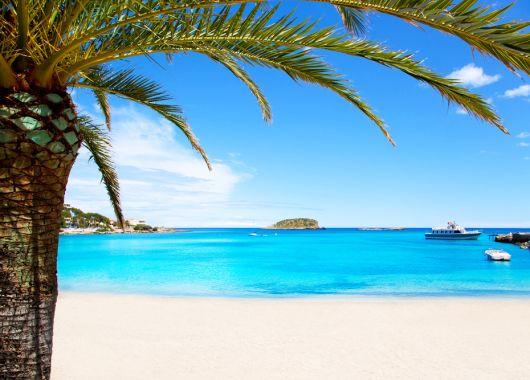 Ibiza: 1 Woche im guten 2,5* Hotel inkl. Flug, Transfer und Rail & Fly ab 302€ pro Person