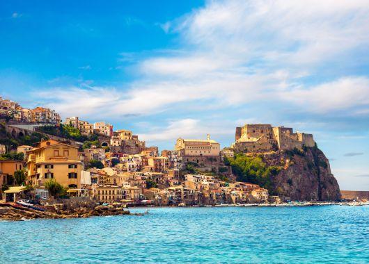 Kalabrien im Oktober: 10 Tage im 4* Resort inkl. Flug, Transfer, Rail&Fly und HP ab 450€