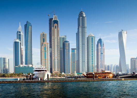 Luxusreise nach Dubai: 1 Woche im Superior-Zimmer des 5*Mövenpick Hotels mit Flügen, Transfers und Frühstück ab 622€