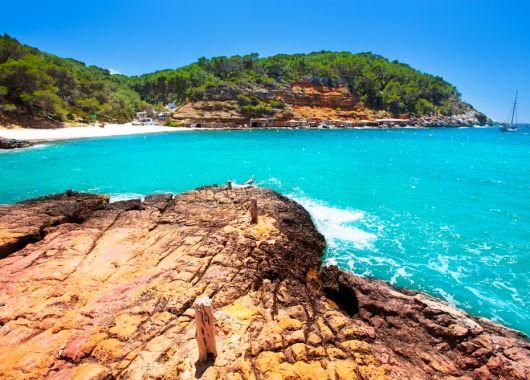 Ibiza: 1 Woche inkl. Flug, Hotel, Rail & Fly, Transfer und Halbpension ab 312€ pro Person