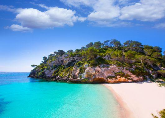 Menorca im Oktober: 1 Woche im guten Apartment inkl. Flug, Transfer und Rail & Fly ab 283€