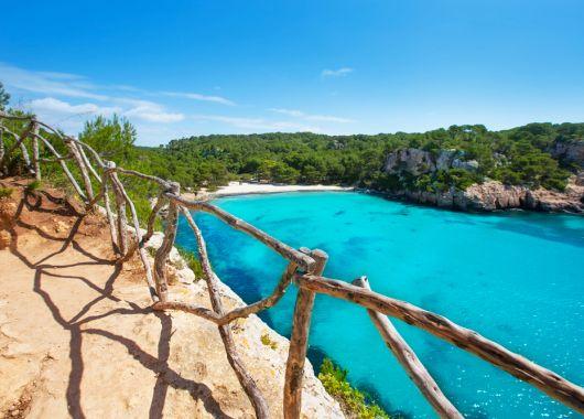 1 Woche Menorca im Mai: Apartment, Flug, Rail&Fly und Transfer ab 360€