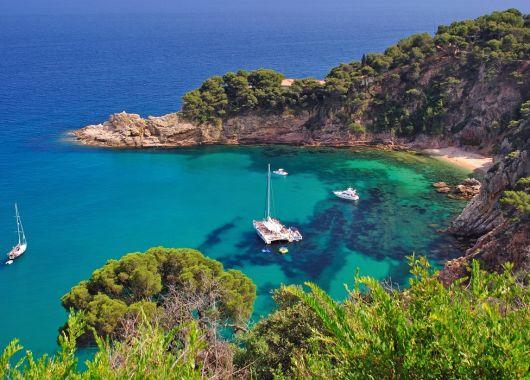 Costa Brava im Mai: 1 Woche im guten 3* Hotel inkl. Flug, Transfer und Halbpension ab 260€ pro Person