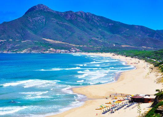 1 Woche Sardinien im April: 4* Hotel inkl. Frühstück & Flug ab 377€