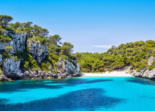 Menorca im Mai: 1 Woche im 4* Hotel inkl. Flug, Transfer und Halbpension ab 330€