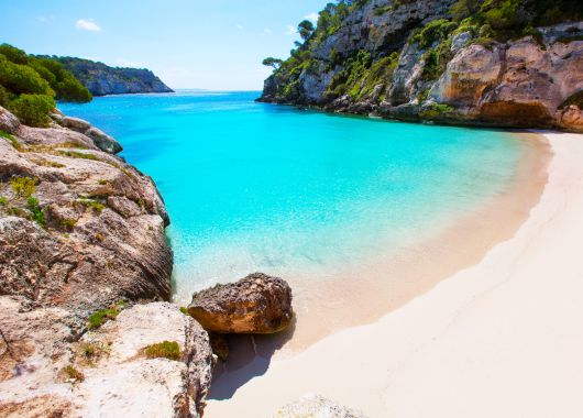 Menorca im Oktober: 1 Woche im sehr guten 4* Hotel inkl. Flug, Transfer und Rail & Fly ab 340€