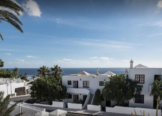 1 Woche Lanzarote im April: Apartment, Flug, Rail&Fly und Transfer ab 287€