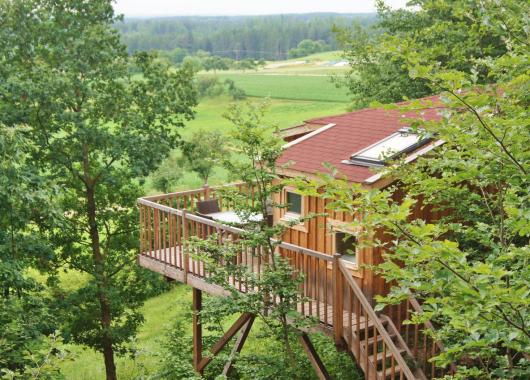 Kurzurlaub mit Freunden im Baumhaus – 3 Tage in Frankreich im 4*Baumhaus für 110€ bei einer Reise zu viert