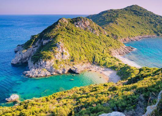 1 Woche Korfu im Mai: Apartment, Flug, Transfer und Rail&Fly ab 274€
