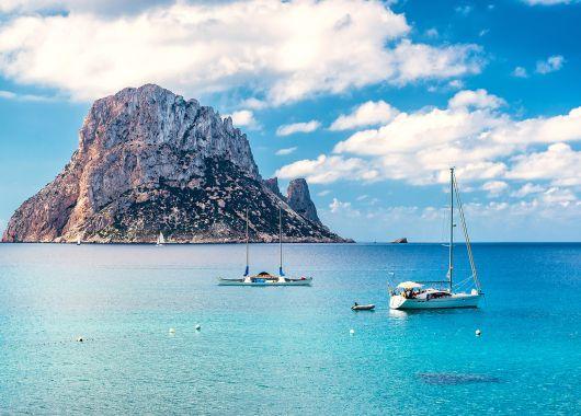 9 Tage Ibiza im Oktober: Strandhotel mit Frühstück, Flug ab München, Rail&Fly und Transfer für 263€