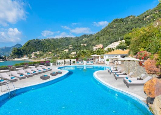 Korfu im Mai: 1 Woche im 4* Hotel mit Meerblick inkl. Flug, Transfers, Rail&Fly und Halbpension ab 438€