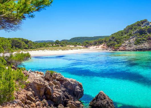 1 Woche Menorca: 4* Apartment, Flug, Transfer, Rail&Fly und Frühstück ab 334€