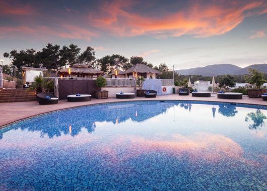 1 Woche Ibiza im 3,5* Strandresort (AWARD 2017) mit All In, Flug und Rail&Fly für nur 389€, z.B. ab München