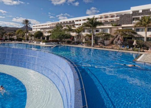 1 Woche Lanzarote im Dezember: Spitzen 4* Hotel inkl. Halbpension, Flug, Rail&Fly und Transfer ab 434€