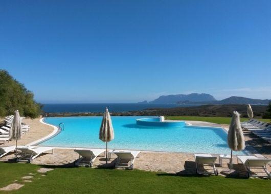 1 Woche Sardinien im Mai: 4* Hotel inkl. Frühstück, Flug und Rail&Fly ab 374€