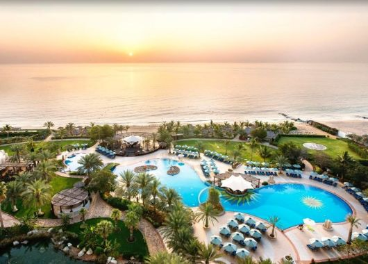 Arabische Emirate im Mai: 1 Woche im 5* Strand Resort inkl. Halbpension, Flug, Rail&Fly u. Transfer ab 699€