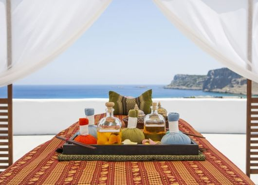 1 Woche Lindos auf Rhodos: Zauberhaftes 3* Hotel inkl. Halbpension und Flug ab 483€
