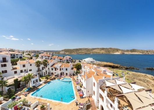 1 Woche Menorca im Mai: 3* Apartment inkl. Meerblick, Frühstück, Flug, Rail&Fly u. Transfer ab 322€