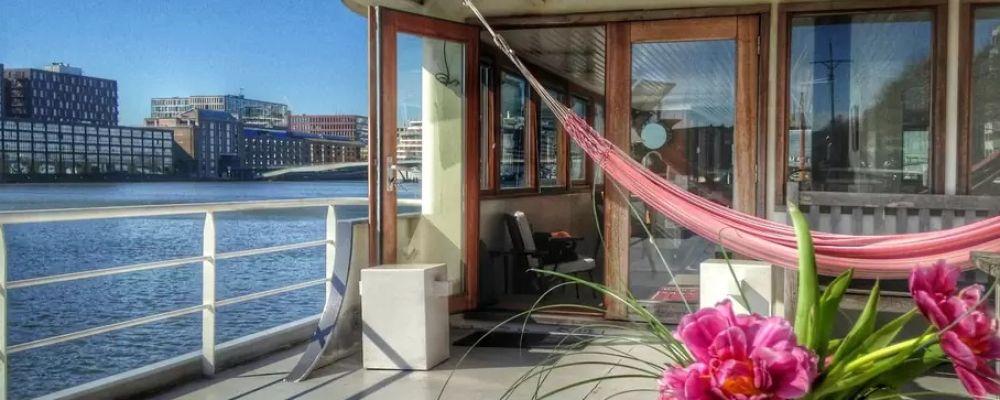 Ein schönes Hausboot in Amsterdam