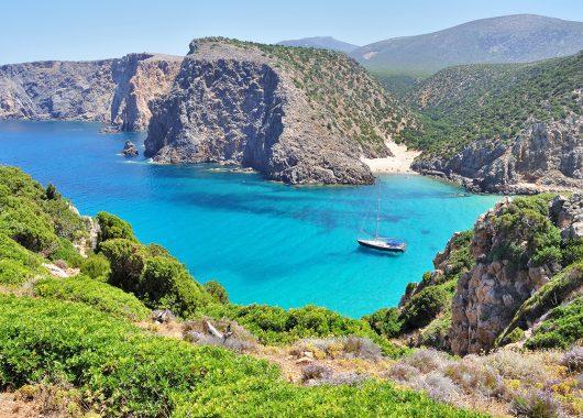 7 Tage Sardinien im guten 3* Apartment inkl. Flügen, Zugticket und Transfer für 205€