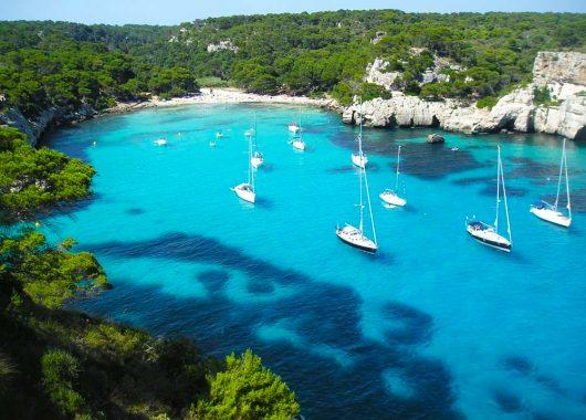 Last Minute: 2 Wochen Menorca im super 3-Sterne Hotel inkl. Flügen, Zug zum Flug und Transfers für nur 270€