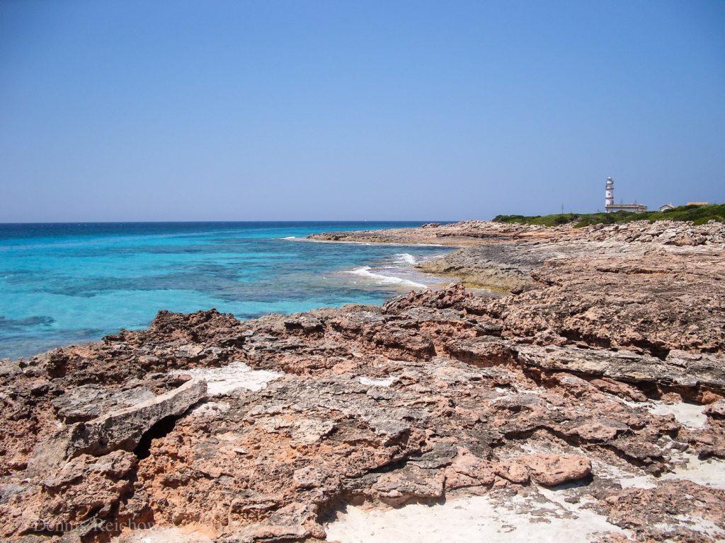 Die steinige Küste entlang des Caps