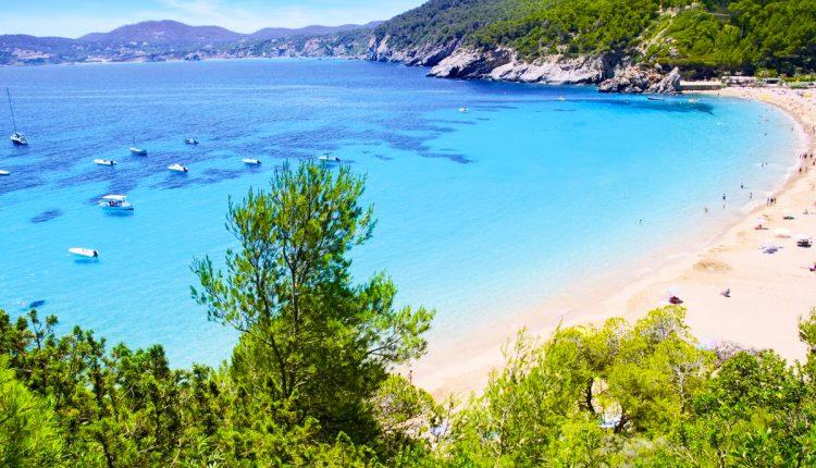1 Woche Menorca im 4* Apartment inkl. HP, Flug, Rail&Fly und Transfer ab 323€