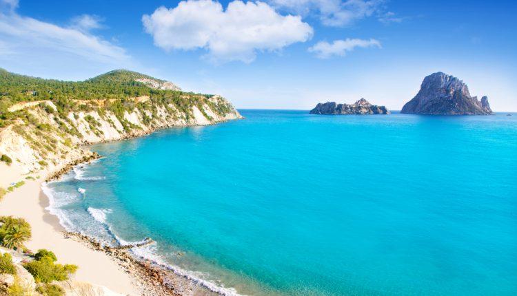 7 Tage Ibiza im September: Sehr gutes 4* Hotel in Santa Eularia mit Halbpension, Condor-Flug, Transfer und Rail&Fly ab 526€