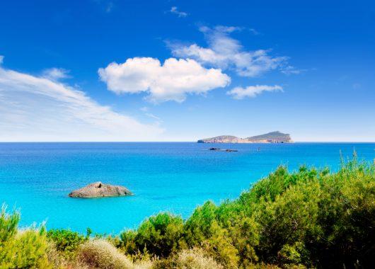 Eine Woche Ibiza in 3* Hotel inkl. Halbpension, Flug und Rail&Fly ab 300€