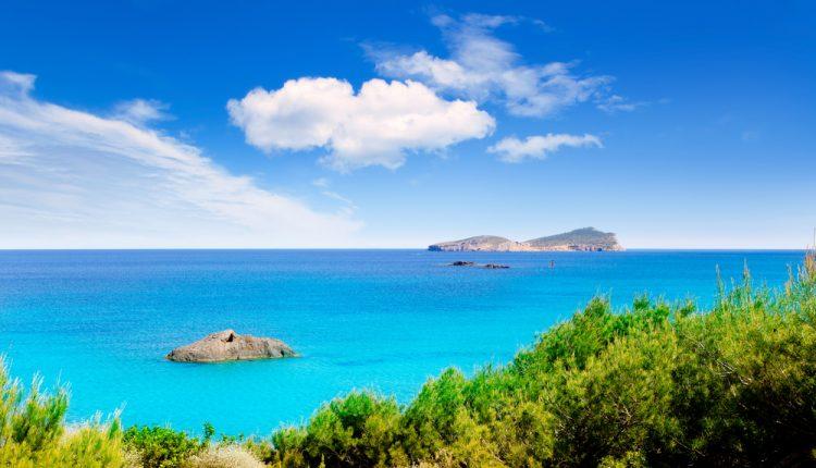 Eine Woche Ibiza im guten 3* Hotel inkl. Halbpension, Flug und Rail&Fly ab 348€