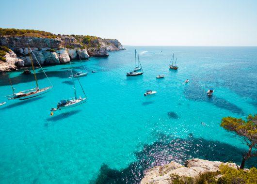Last-Minute: Eine Woche Menorca im 3* Hotel inkl. Flügen, Transfers, Rail & Fly und Halbpension ab 254€