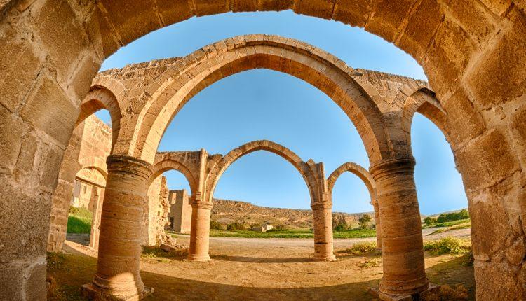 Traumurlaub: 7 Tage Zypern im sehr guten 5* Hotel Salamis Bay mit Flug, HP und Zug-zum-Flug ab 355€ (z.B. im April)