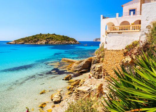 Mallorca: 7 Tage im guten 3,5* Hotel inkl. Flug, Transfer, Rail & Fly und Halbpension ab 359€