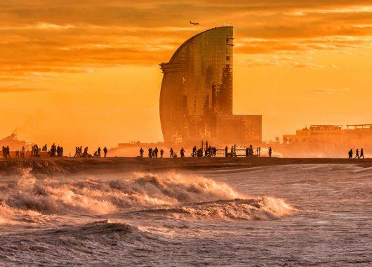 Barcelona: 4 Tage im 4* Hotel in Badalona inkl. Flügen, Rail&Fly und Frühstück ab 194€