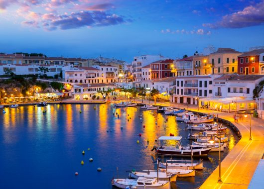 1 Woche Menorca im Mai: 4* Hotel mit Halbpension, Flug, Transfer und Rail&Fly ab 376€