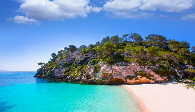 Menorca: 1 Woche im guten Apartment inkl. Flug, Transfer und Rail & Fly ab 363€
