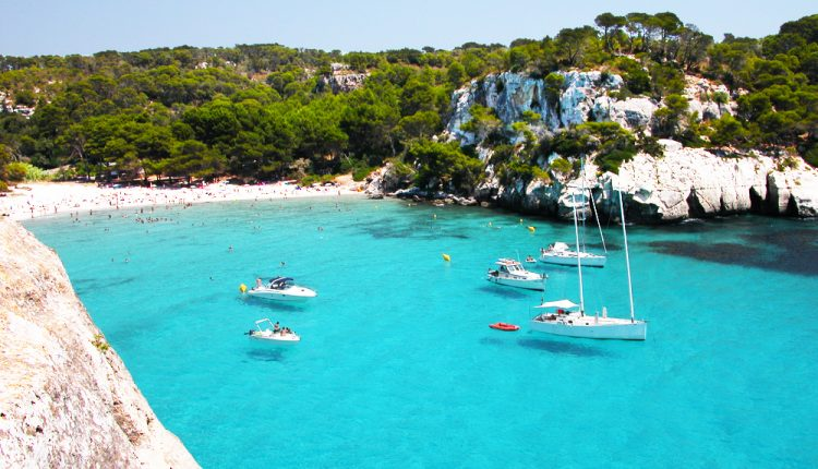 Im Mai: 7 Tage Menorca inkl. Flügen, Rail & Fly, Transfers und Unterkunft ab 286€