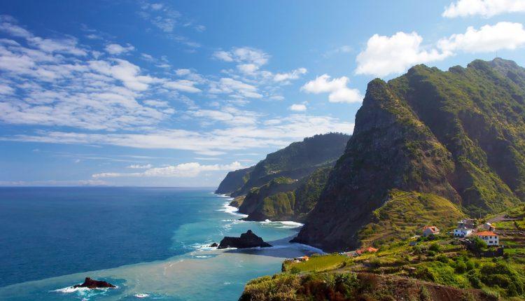 Madeira im Dezember: Eine Woche im 4* Hotel inkl. Frühstück, Flug, Rail&Fly u. Transfer ab 314€