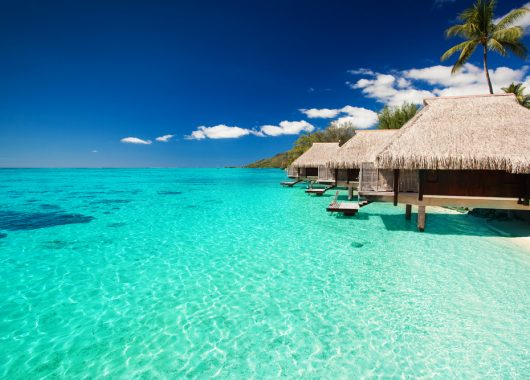 2 Wochen Malediven im September: Beach Resort mit All In, Flug, Rail&Fly u. Transfer ab 1685€