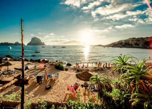1 Woche Ibiza im 3* Hotel am Playa d´en Bossa mit All In, Flug, Rail&Fly und Transfer ab 420€
