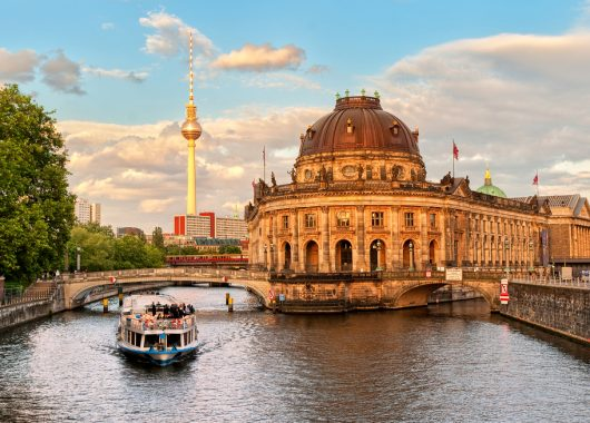 Berlin: Übernachtung im Premium Hotel, Frühstück und Bootstour auf der Spree ab 49€ p. P.