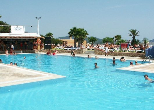 Party-Urlaub auf Ibiza: 7 Tage inkl. Flug, Hotel mit Halbpension, Rail&Fly und Transfer ab nur 290€