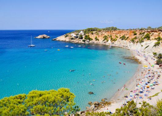 Ibiza im Mai: Eine Woche im guten Hotel inkl. Flug, Transfer, Rail & Fly und Frühstück ab 333€
