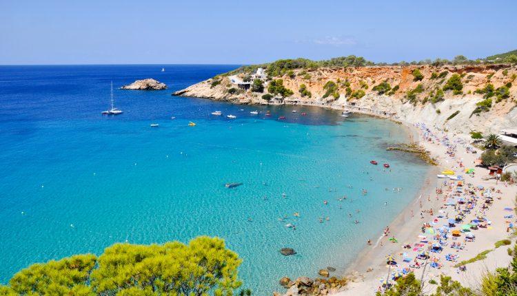 Ibiza im Mai: 1 Woche im guten Hotel inkl. Flügen und Frühstück ab 273€