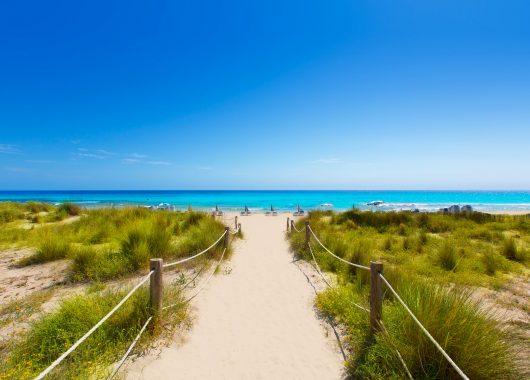 2 Wochen Menorca im 3* Apartment mit Flug, Rail&Fly und Transfer ab 381€