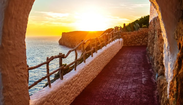 7 Tage Menorca im Oktober: Sehr gut bewertetes Apartment, Flug, Transfer und Rail&Fly für 239€ ab Frankfurt