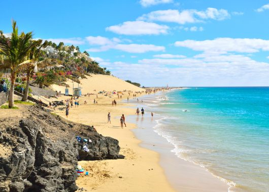 Dezember: Eine Woche Fuerteventura inkl. Flügen, Transfers, Rail&Fly, Frühstück und Unterkunft im 3*Hotel ab 322€